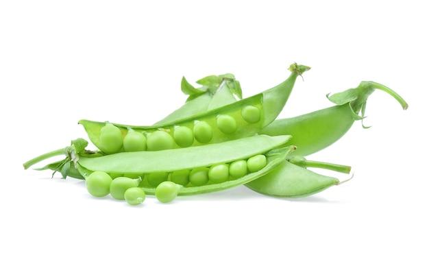 Verse groene peul op witte achtergrond