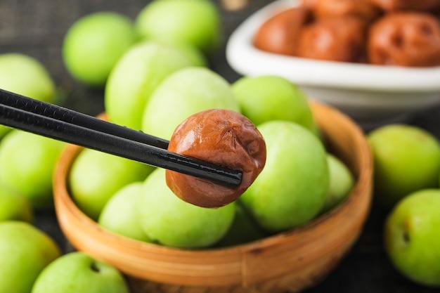 Verse groene pruimen en geconserveerde groene pruimen