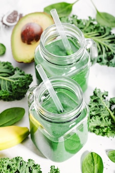 Verse groene smoothie in fles
