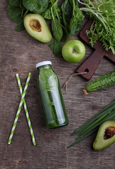 Verse groene smoothies van spinazie, avocado, komkommer en appels. plat leggen.