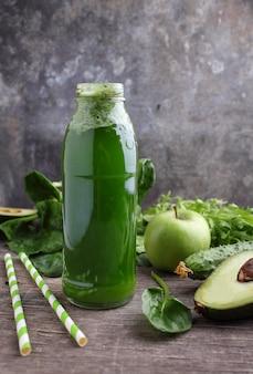 Verse groene smoothies van spinazie, avocado, komkommer en appels.