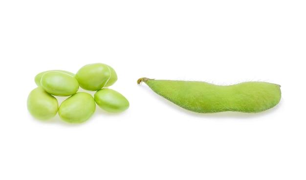 Verse groene sojabonen op wit