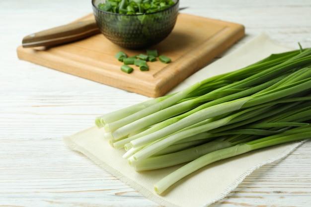 Verse groene ui op witte houten tafel