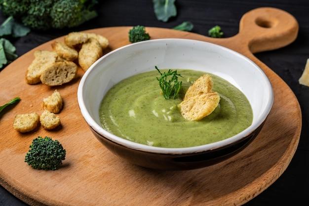 Verse groente detox soep gemaakt van broccoli, schoon eten, dieet, veganistisch, vegetarisch