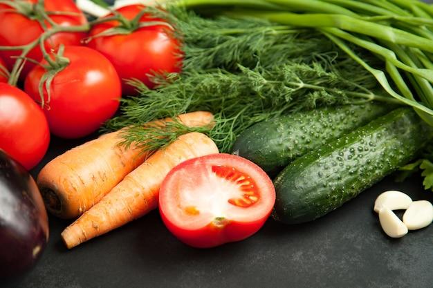 Verse groente op houten grijze tafel. detailopname. gezond eten concept