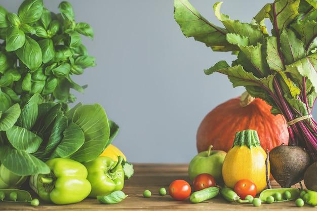 Verse groenten die op houten lijst worden geplaatst