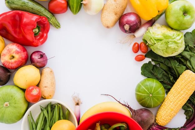 Verse groenten die op witte achtergrond met ruimte voor het schrijven van de tekst worden geïsoleerd