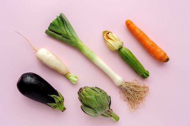 Verse groenten die samenstelling op wit knolling