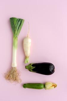 Verse groenten die samenstelling op witte achtergrond knolling