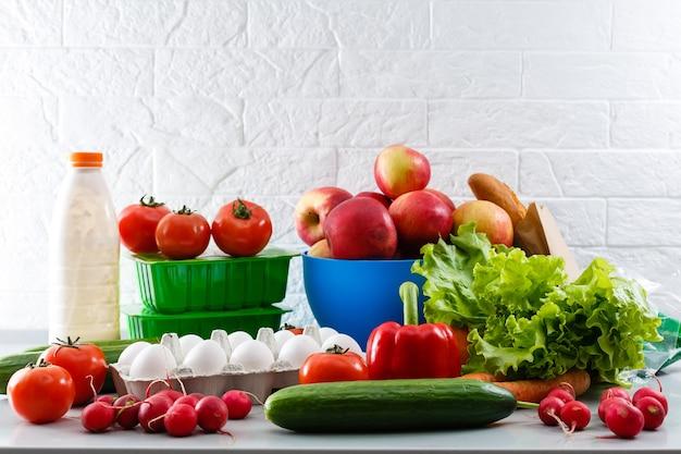 Verse groenten en fruit biologisch voor een gezonde levensstijl, arrangement verschillende groenten biologisch voor gezond eten en een dieet