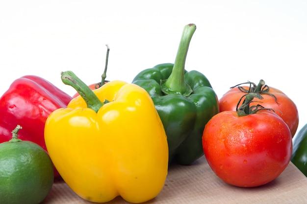 Verse groenten en fruit geïsoleerd op een witte achtergrond