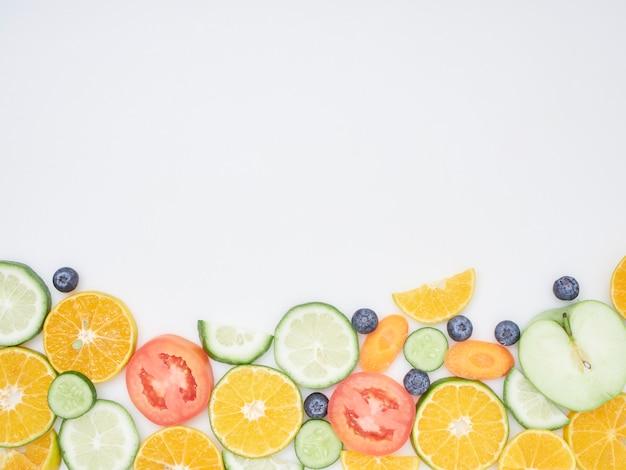 Verse groenten en fruit gesneden op een witte achtergrond