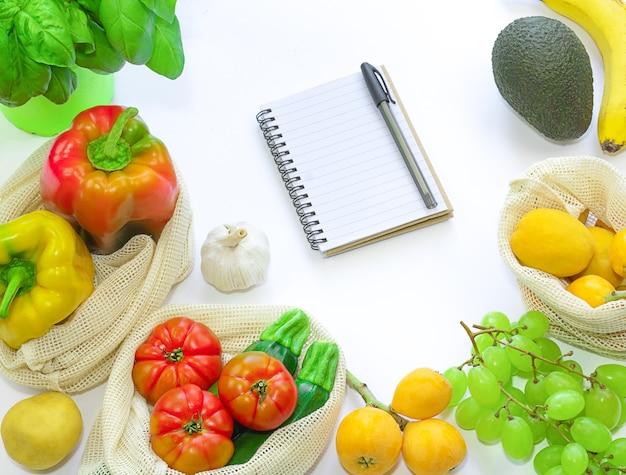 Verse groenten en fruit in eco bags zero waste lifestyle concept