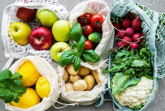 Verse groenten en fruit in eco-koordzak