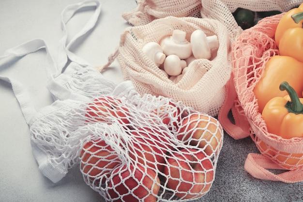 Verse groenten en fruit in eco tassen. nul afval winkelen