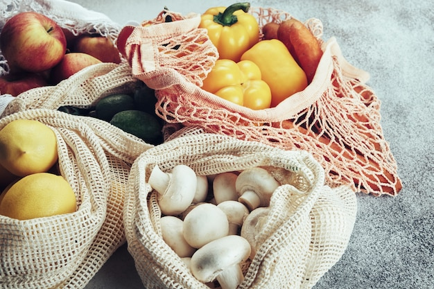 Verse groenten en fruit in ecozakken. winkelen zonder afval