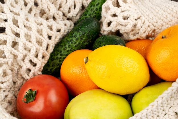 Verse groenten en fruit in een string zak, voedsel