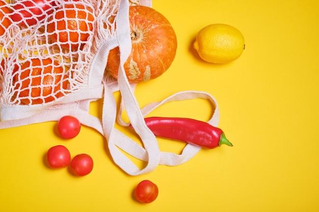 Verse groenten en fruit in herbruikbaar koordzakje van ecologisch katoen