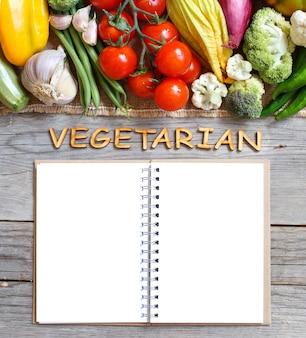 Verse groenten en houten letters op een oude houten tafel