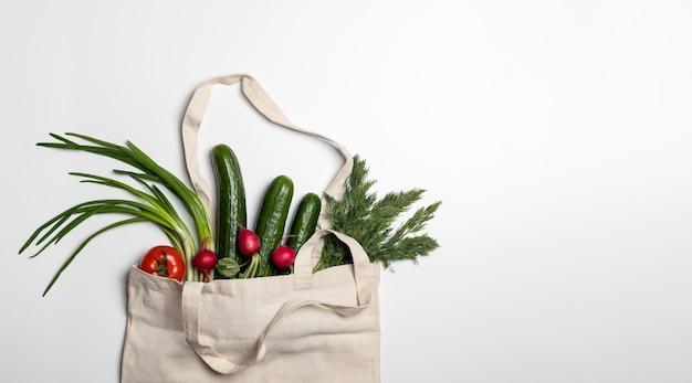 Verse groenten en kruiden in een koordzak
