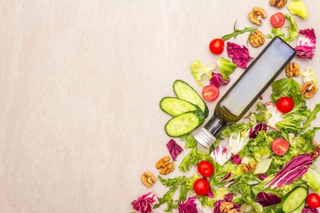Verse groenten en olijfoliefles, gezonde voedingvoedsel, hoogste mening