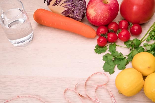 Verse groenten, fruit, zuiver water, gezonde voeding