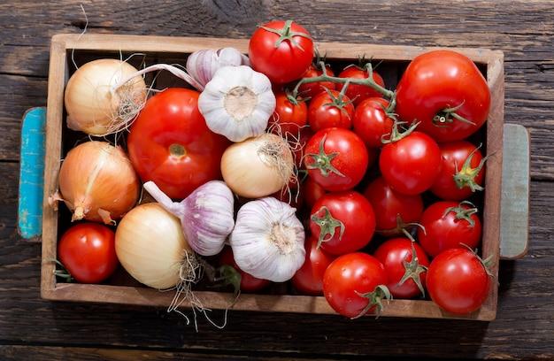 Verse groenten in de houten kist, bovenaanzicht