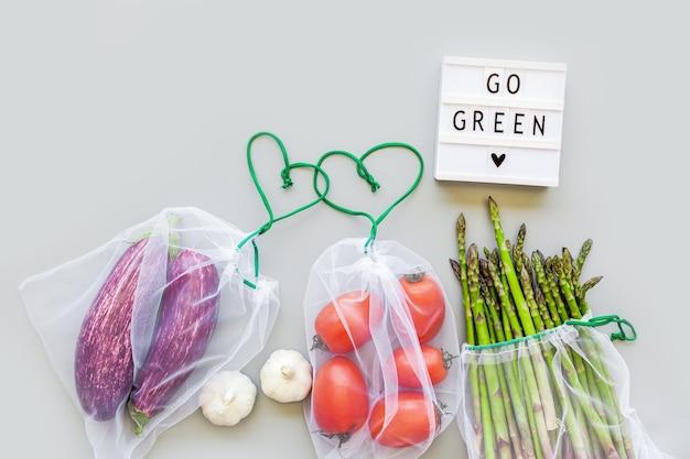 Verse groenten in eco herbruikbare boodschappentassen