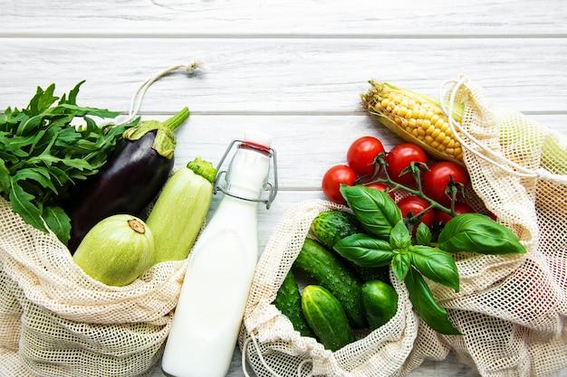 Verse groenten in eco katoenen tassen