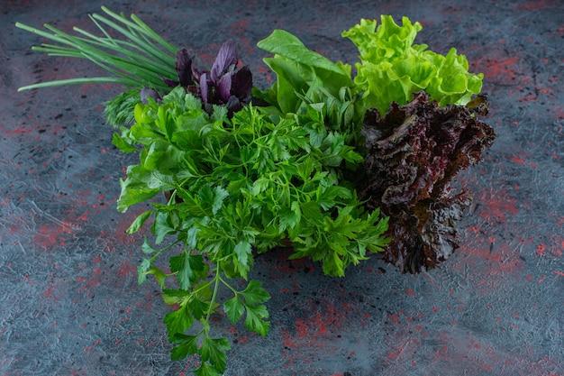 Verse groenten in een doos op het marmeren oppervlak