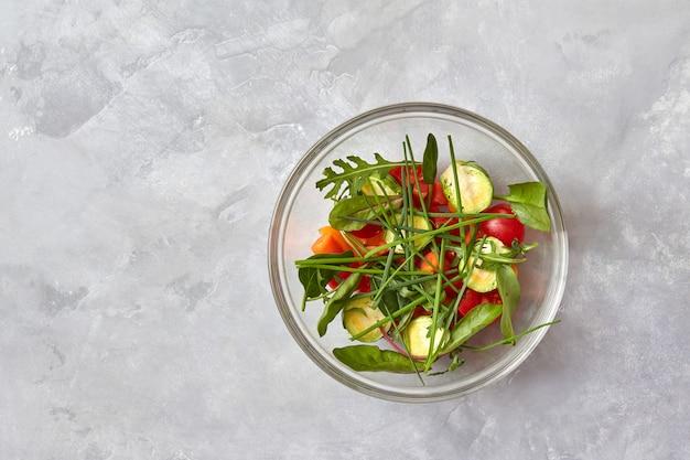 Verse groenten in een plaat snijden
