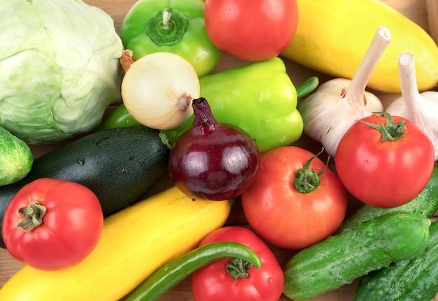 Verse groenten in grote hoeveelheden gewassen met waterdruppels.