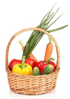 Verse groenten in mand die op wit wordt geïsoleerd