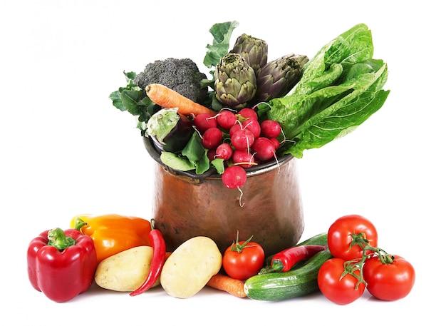 Verse groenten in pot geïsoleerd