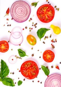 Verse groenten, kruiden en specerijen geïsoleerd op wit