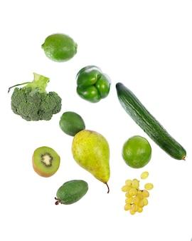 Verse groenten met bladeren geïsoleerd op een witte achtergrond.