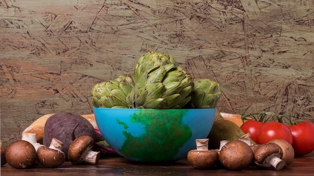 Verse groenten met blauwe kom