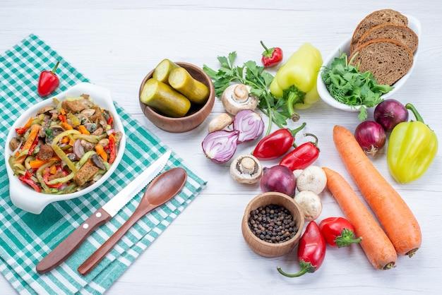 Verse groenten met gesneden vleesgerecht en broodbroodjes op licht bureau, plantaardig voedselmaaltijdvlees