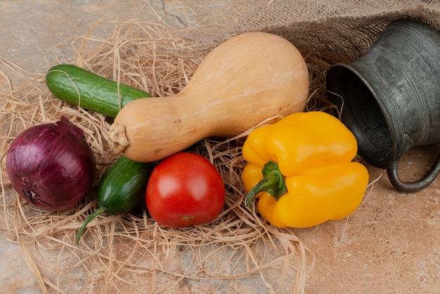 Verse groenten met oude ketel op marmeren oppervlak