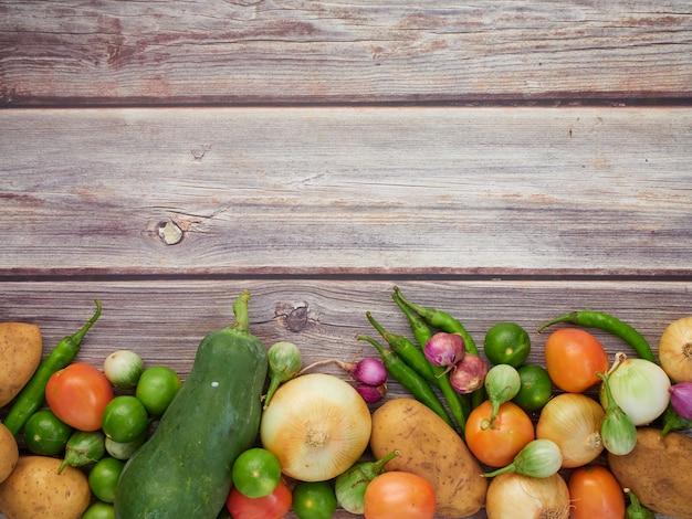 Verse groenten op de oude houten tafel