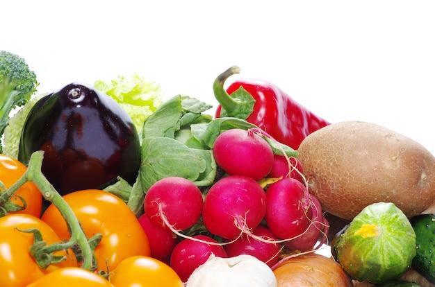 Verse groenten op de witte achtergrond
