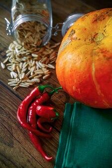 Verse groenten op een donkere tafel