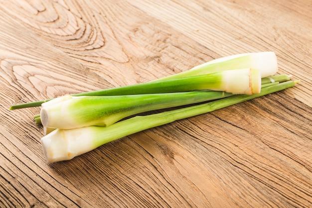 Verse groenten op een houten tafel
