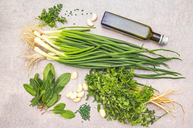 Verse groenten op een stenen tafel, bovenaanzicht