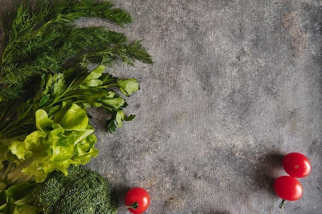 Verse groenten op grijze achtergrond.