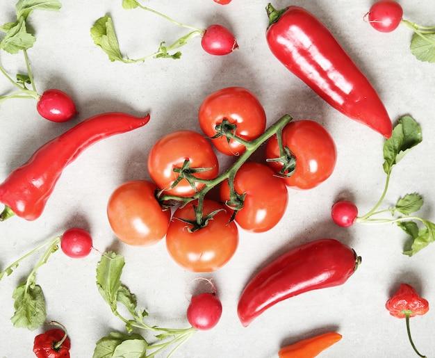 Verse groenten op grijze ondergrond