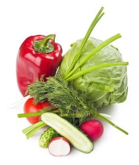 Verse groenten op het bord, op een witte achtergrond