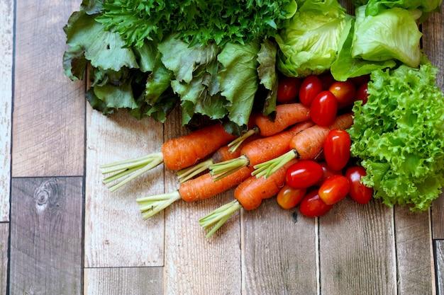 Verse groenten op houten tafel chinese witte kool wortel rode en groene sla tomaat