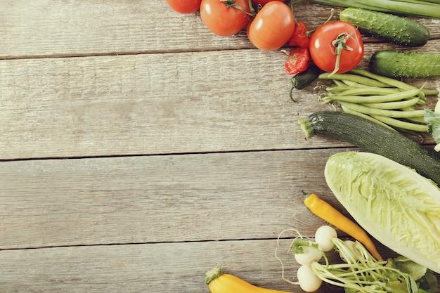 Verse groenten op houten tafel