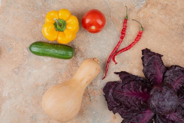 Verse groenten op marmer.